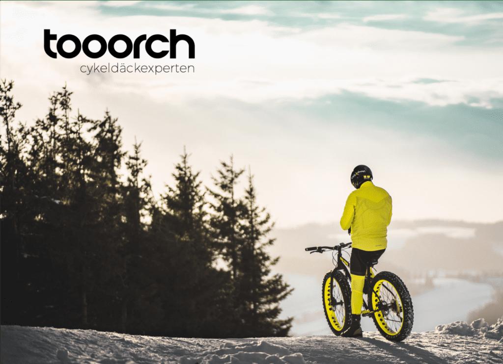 Tooorch cyklist i skogen